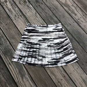 Banana Republic Pleated Black And White Skirt Sz 8